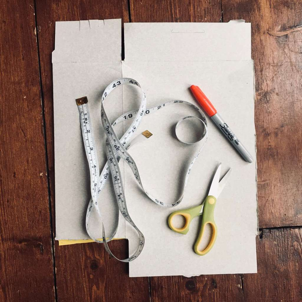 A tape measure, pen, scissors and thin cardboard – the tools needed for an educational activity around measurement